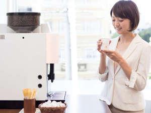 無料のウェルカムコーヒーサービスは、一杯毎に豆を挽く本格派!【15:00~24:00】