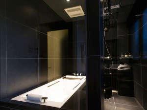 スタイリッシュな浴室※ガラスはすりガラスになります。