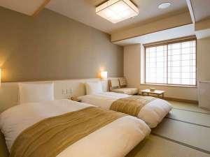 【客室】ツイン≪シャワー付≫:畳敷きの上に和ベッドを2台設えたスタンダード客室。