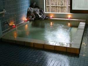 お風呂は源泉掛け流しの温泉で、24時間入れ貸切にもできます。【泉質】単純泉・【効能】神経痛・冷え性
