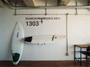 【お部屋】R1303号室(オーシャンビュートリプル)バイクハンガーにサーフボードも掛けれます