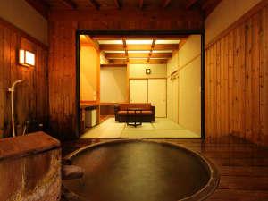 【貸切露天風呂/信楽焼】草津の湯を心ゆくまで堪能できるお座敷付き貸切風呂。