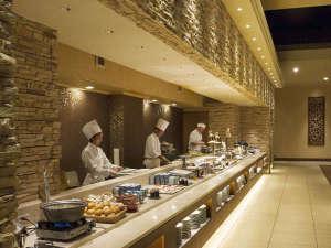 【和洋中バイキングディナー】オープンキッチンで作りたての料理をご用意。