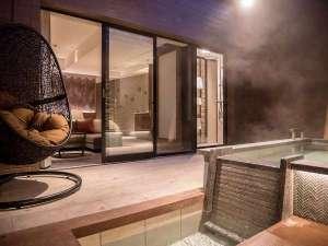 【テラス露天風呂付ツイン】源泉掛け流し露天風呂のある開放的な専用テラス付。