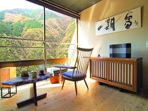 客室「玉響(たまゆら)」。上質な家具と音楽に囲まれた休日がお過ごしいただけます。