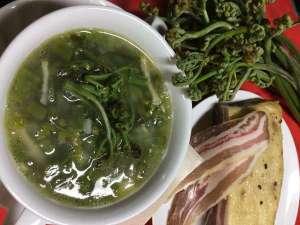 スープ例※旬な食材のディナー春には採れたてワラビと自家製シュペックのスープ