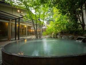男性露天風呂. 江戸時代から草津と並ぶ良質の岳温泉の湯をそのまま源泉100%で露天風呂へ