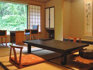 【お部屋】静寂に包まれ、昔懐かしい落ち着いた温もりを感じる和室。