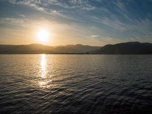 *【東郷湖(朝焼け)】時間によって移り変わる景色をお楽しみください。