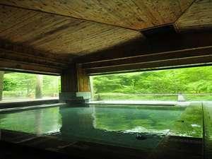 みょうばん泉の大浴場