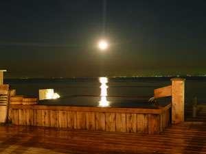 月も降るように見える露天風呂