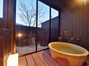 【2号館】全部屋露天風呂付きで、誰にも気兼ねせず、好きなだけ温泉をご堪能ください。