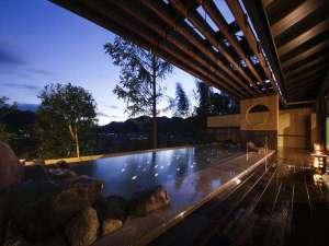 【満天星 露天風呂】「星の露天風呂 天守の湯」姫路城と同じ素材のいぶし瓦藁を使用