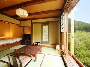 和モダン風客室。大きな窓から広がる高原の景色に癒される