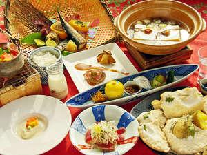 """ありきたりな旅館料理からの脱却を…。創作会席""""遊食膳""""は当館ならではのお膳となります。"""