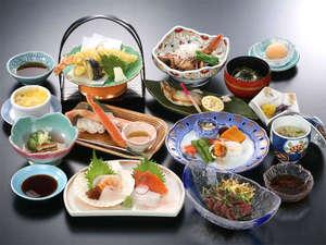 夕食一例/夕食では11品ほどの和食膳をご提供しております。
