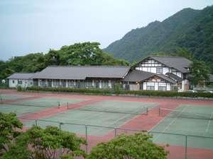 猿ヶ京温泉 格安宿泊案内 万葉亭 万葉亭の目の前には5面の広いテニスコートがあります