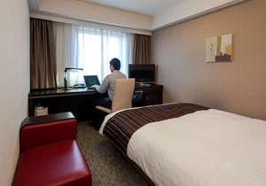 滞在イメージ:ゆったりサイズのベッドと仕事が捗るワイドデスク。