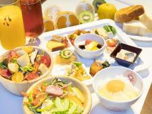 大人気の朝食ビュッフェ♪新鮮野菜約20種類と季節の果物約10種類★オーダーメニューも全8品★