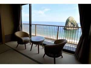 お部屋からは見える景色は海と空と二ッ島だけ。