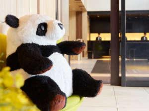 パンダの「ウエンウエンくん」がお出迎え。滞在の思い出に記念写真はいかがでしょうか?