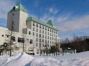 雪のホテルの裏山でソリ遊びも出来ます★