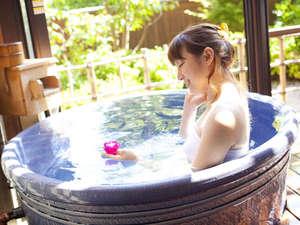 【風の棟特別和洋室】信楽焼きの陶器露天風呂。お部屋露天にキャンドルを浮かべ癒しのひと時を♪