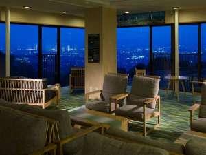 月の棟3階ロビーは絶好の夜景鑑賞スポットです♪セルフバーのカクテルを片手にお寛ぎのひと時を・・・。