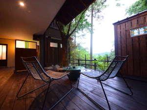 特別室『かをり』テラス 広々テラス。お部屋に備えるバスローブを羽織り、のんびり、贅沢に。