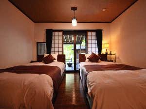 特別室『あさもや』寝室 シモンズ製セミダブルベッドを二つ配置。
