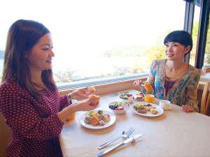 外の景色を眺めながらの朝食は最高!
