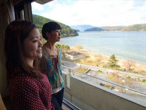 部屋からは琵琶湖と沖島が見渡せます