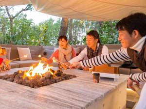暖かい炎でマシュマロを焼き!誰が一番うまく焼けるかな?