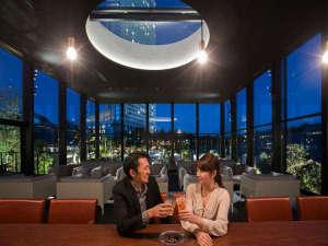 「KUROBAR」でホテルの灯りを眺めながら大人の時間を・・・