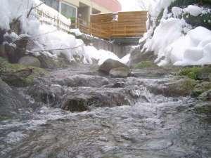 露天風呂横に流れる塩別川(冬)