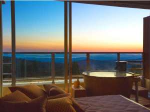 客室とお風呂からは刻々と色合いの変化する霧島の景観を(3階露天風呂客室一例)。
