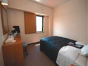 シングルルームの部屋の広さは約12㎡です。設備は、液晶テレビやバストイレもあり快適に過ごせます。