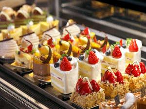 1階ケーキショップのショーケースに並ぶケーキ達♪