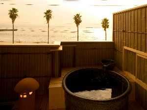 伊勢湾一望の貸切露天風呂からは沈み行く夕日がきれい。