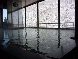 【遊月の湯 大浴場】絶景展望風呂から望む会津の雪景色。