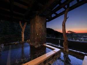 【遊月の湯 展望露天風呂】市街と山々を眺めながら、あたたまってください。