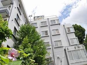 ムクゲの花とホテルの外観。