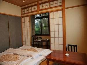 和室6畳の離れのお部屋。あったか羽毛布団をご用意しております。(2部屋で1棟の離れ)部屋名:桜・梅