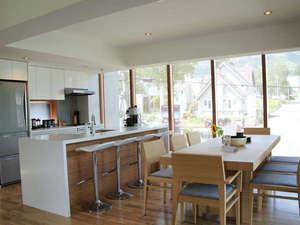 大きい窓が付いていて、明るいキッチン&ダイニング!