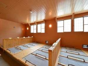 室内には天候に左右されることのない「屋内岩盤浴」もあります。