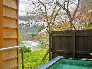露天風呂では四季の移ろいを風と共に感じてください。