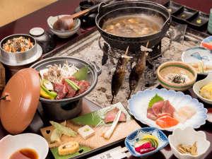 *お夕食一例/心も体も温まる囲炉裏でお召し上がりいただくお食事は、地元の旬味を活かしたお料理が並ぶ。
