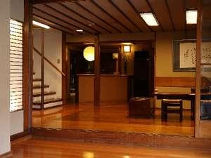 玉造温泉唯一の木造旅館。ふるきよき温泉情緒を味わってください(玄関)