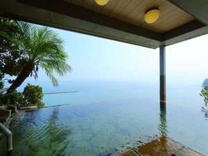 9階【天空野天風呂】から錦江湾を一望!まるで温泉と海が一体化したような景色をお楽しみください。