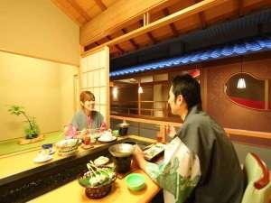 お食事処は食卓の中央を温泉が流れる【温泉卓】へご案内致します(画像は一例)。